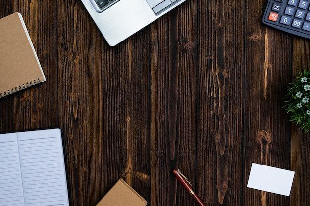 Kantoorbenodigdheden of kantoorwerk essentiële hulpmiddelen of items op hout achtergrond