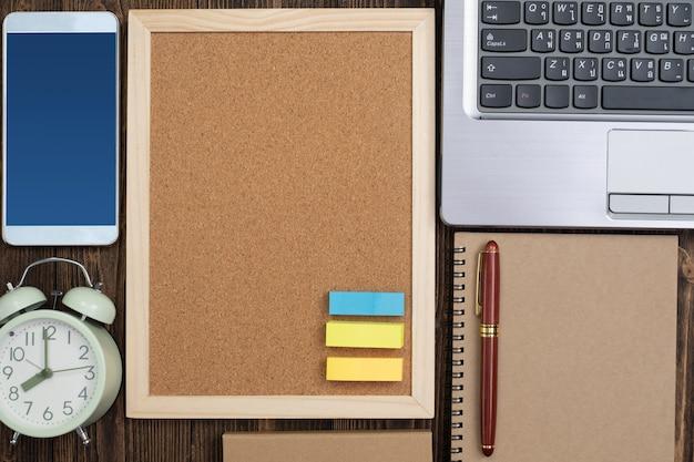 Kantoorbenodigdheden of kantoorwerk essentiële hulpmiddelen of items op hout