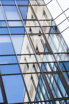 Kantoorgebouw close-up met grote glazen ramen