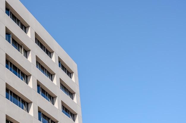 Kantoorgebouw en blauwe hemelachtergrond