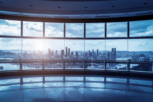 Kantoorgebouw glas en skyline van de stad