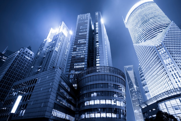 Kantoorgebouw in lujiazui business district van shanghai in blauw