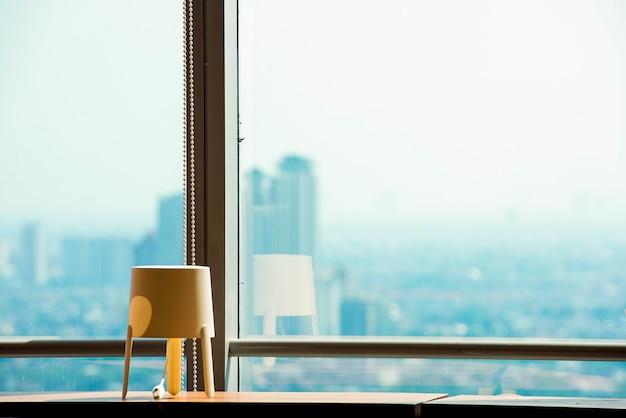 Kantoorgebouw met vensterglas en uitzicht op moderne stadsgezichten achtergrond