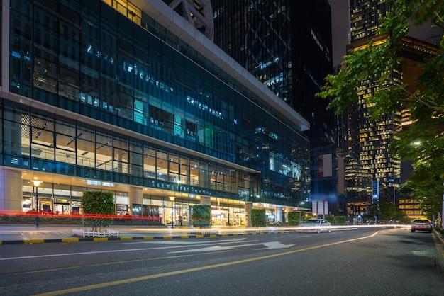 Kantoorgebouwen en snelwegen in de nacht in het financiële centrum, shenzhen, china