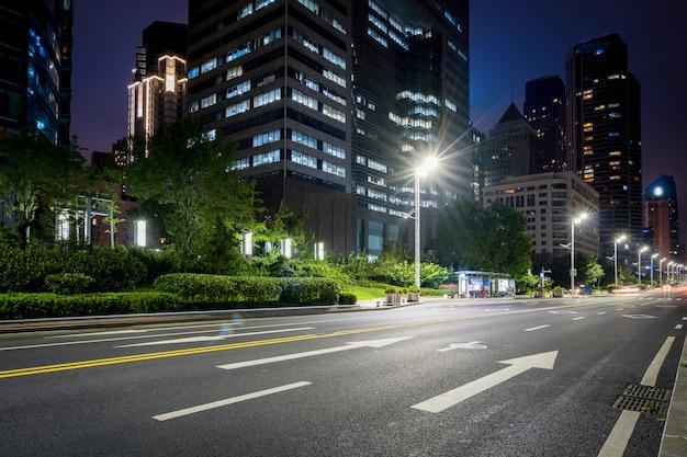 Kantoorgebouwen en snelwegen 's nachts in het financiële centrum, qingdao, china