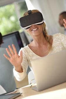 Kantoormedewerker die vr-hoofdtelefoon, 3d, virtuele werkelijkheid gebruikt