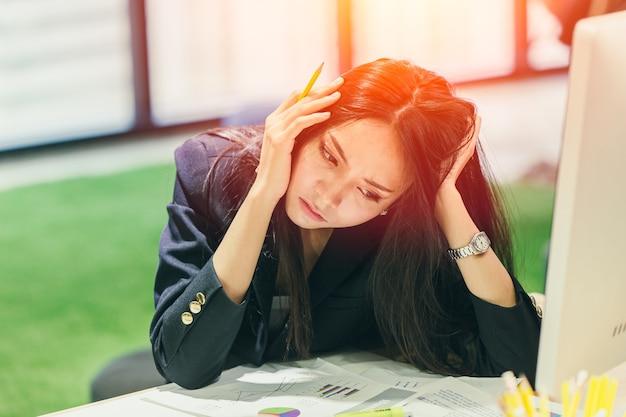 Kantoormedewerker heeft een probleem hoofdpijn saai op dienst