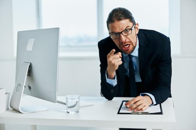 Kantoormedewerker met bril zelfvertrouwen werk executive