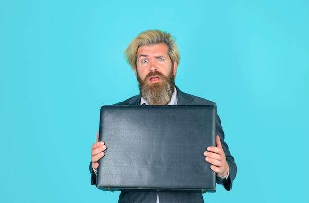 Kantoormedewerker verwarde zakenman met koffer ceo bebaarde zakenman in pak zakenmensen en