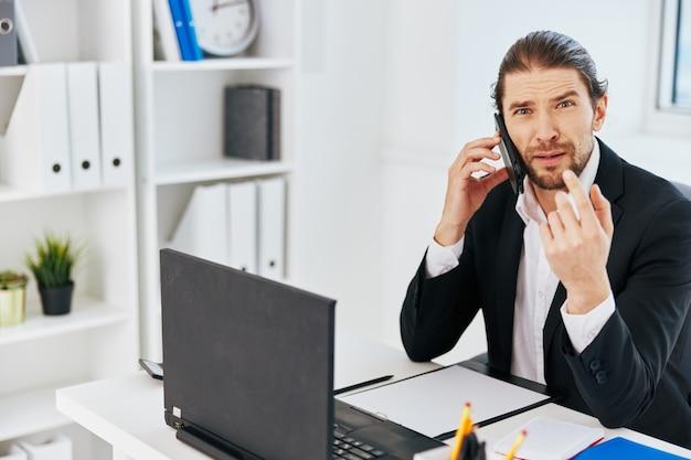 Kantoormedewerker werk emoties voor laptop communicatie levensstijl