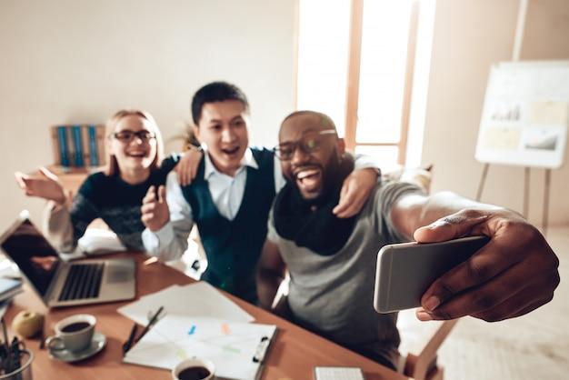 Kantoormedewerkers die succes vieren, maken foto's