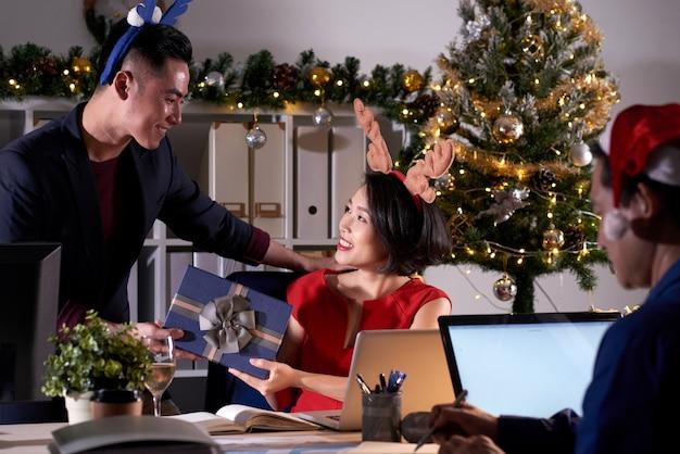 Kantoormedewerkers feliciteren elkaar met kerstmis