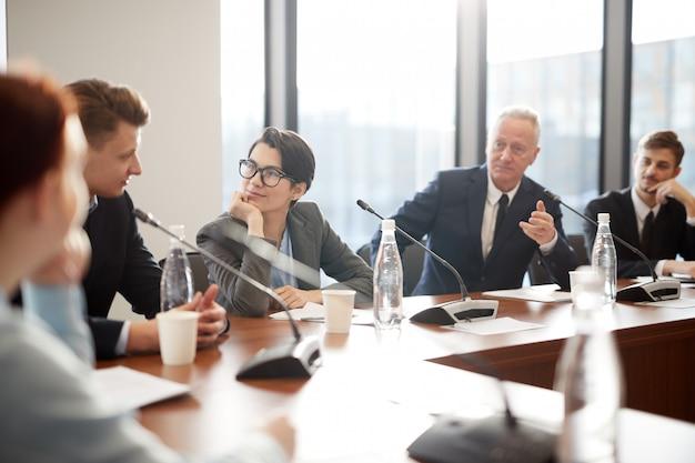 Kantoorpersoneel in vergadering