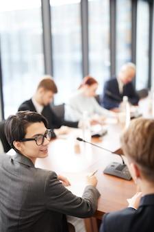 Kantoorpersoneel in zakelijke bijeenkomst