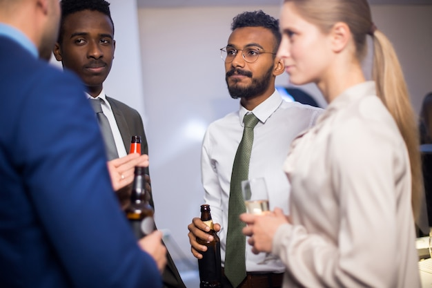 Kantoorpersoneel op informele bijeenkomst