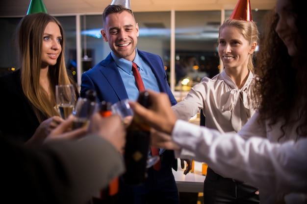 Kantoorpersoneel vieren