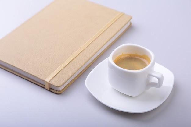 Kantoortafel met notebook, toetsenbord, kopje koffie, tablet pc. kopieer ruimte.