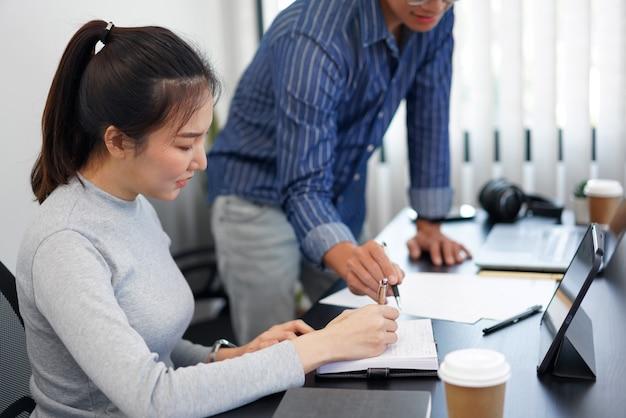 Kantoorwerkconcept een slimme zakenman die een idee biedt over de marketing