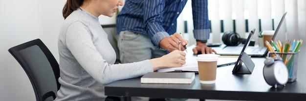 Kantoorwerkconcept een slimme zakenman die zijn zakenpartner een idee biedt over de marketingstrategieën.