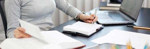Kantoorwerkconcept een vrouwelijke officier die haar tablet gebruikt om aan een documenttaak op kantoor te werken.
