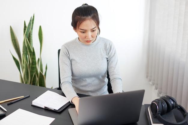 Kantoorwerkconcept een vrouwelijke secretaresse die aan haar plicht werkt over planningsregelingen