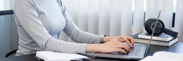 Kantoorwerkconcept een vrouwelijke secretaresse die aan haar plicht werkt over schemaregeling en enkele belangrijke documenten.