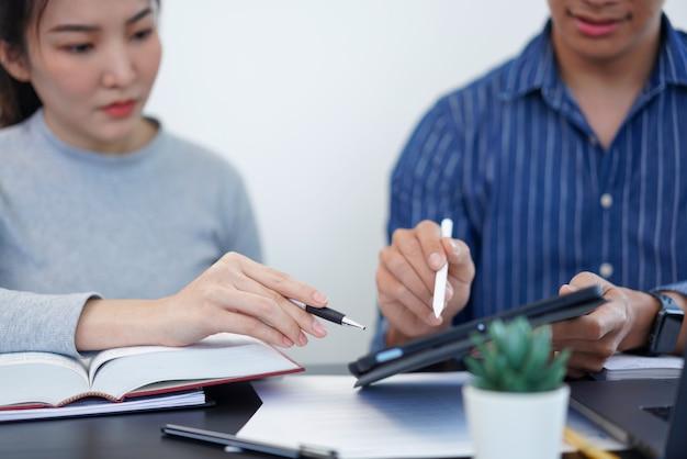 Kantoorwerkconcept een zakenman die een staafdiagram toont met interessante informatie over een nieuwe zakelijke trend aan zijn collega.