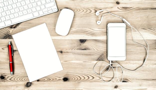 Kantoorwerkstation met toetsenbord, telefoon, koptelefoon, briefpapier en benodigdheden. elektronische apparaten