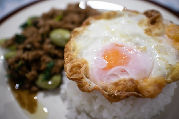 Kao pad kra prao of thaise rijst met varkensvlees en basilicum.