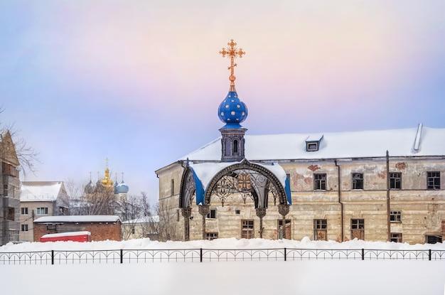 Kapel op de plaats van het vinden van het kazan-icoon van de moeder gods en de aankondigingskathedraal van het kremlin verderop