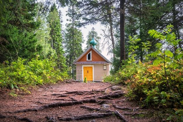 Kapel van alexander nevsky in de botanische tuin op de solovetsky-eilanden