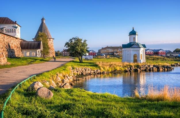 Kapel van alexander nevsky op de solovetsky-eilanden en de torens van het klooster