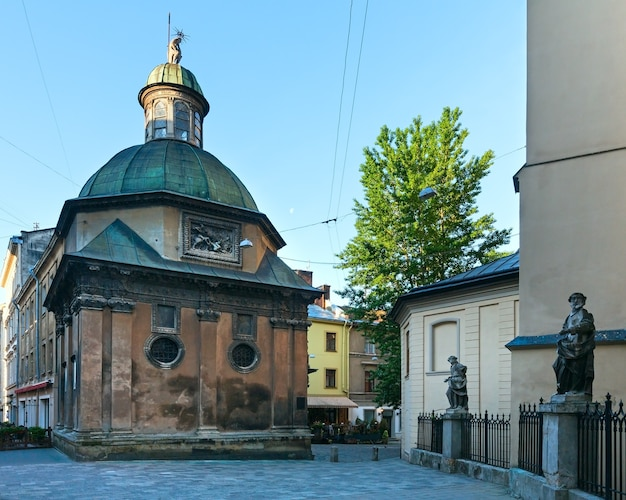 Kapel van de familie boim in de buurt van de latijnse kathedraalkerk van lviv (lviv-city, oekraïne) op 10 mei 2012