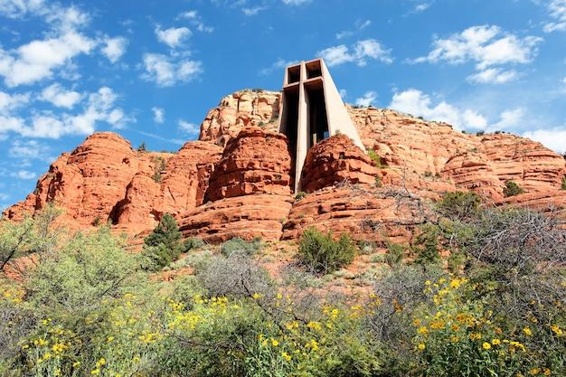 Kapel van het heilige kruis tussen rode rotsen in sedona, arizona