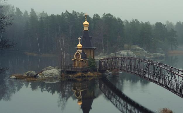 Kapel van st. andrew the first-called op een eiland aan de rivier de vuoksa