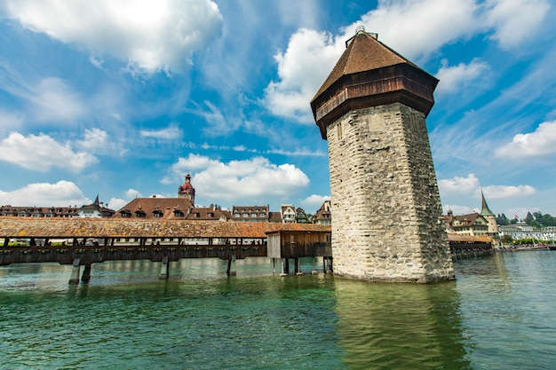 Kapelbrug en watertoren op de rivier reuss in luzern