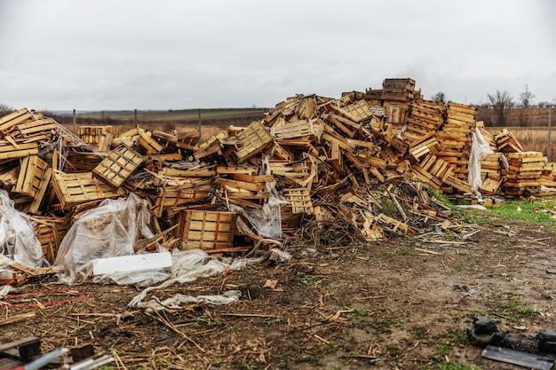Kapotte en gebruikte kratten op stortplaatsen.