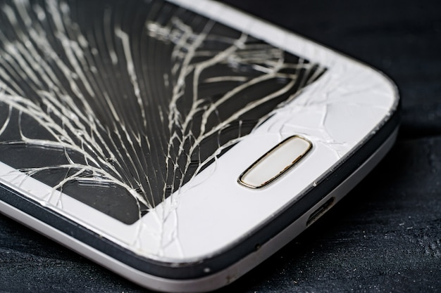 Kapotte telefoon. telefoon reparatie. gebroken scherm in smartphone