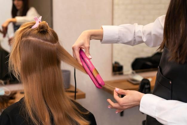 Kapper die het haar van een klant stylt