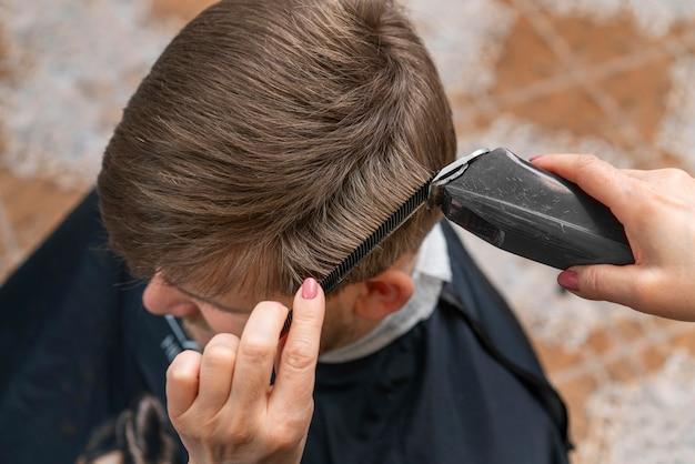 Kapper die het haar van een klant verzorgt