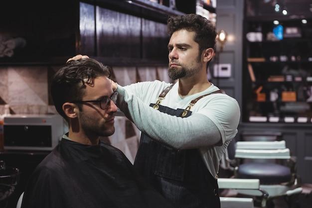 Kapper die het haar van klanten stylt