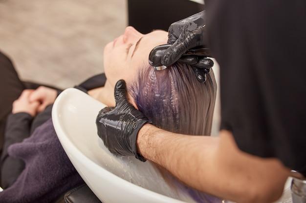 Kapper handen wassen toning shampoo uit vrouwenhaar