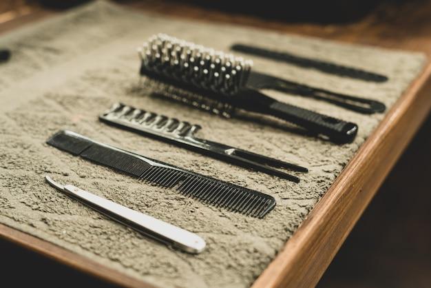 Kapper hulpmiddel in herenkapper. kapper tool. scharen, kammen, scheerapparaten, tondeuses. tool voor de wizard. organisatie van de werkplek. selectieve aandacht.