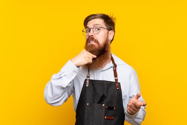 Kapper met lange baard in een schort
