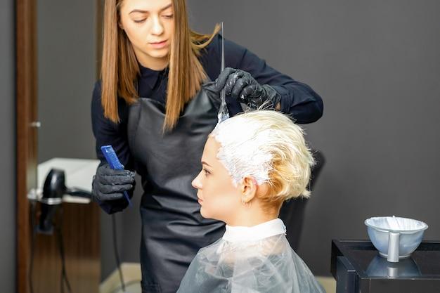Kappers die haar van de vrouw verven
