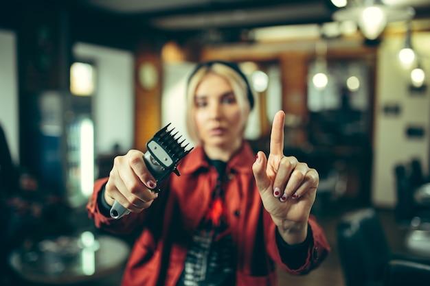 Kapperszaak. vrouwelijke kapper bij salon.