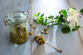 Kappertjes gebeitst met plant en kappertjesplantbloem