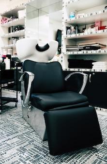 Kapsalon stoel. close-up foto van een kappersfauteuil in een moderne kapsalon.
