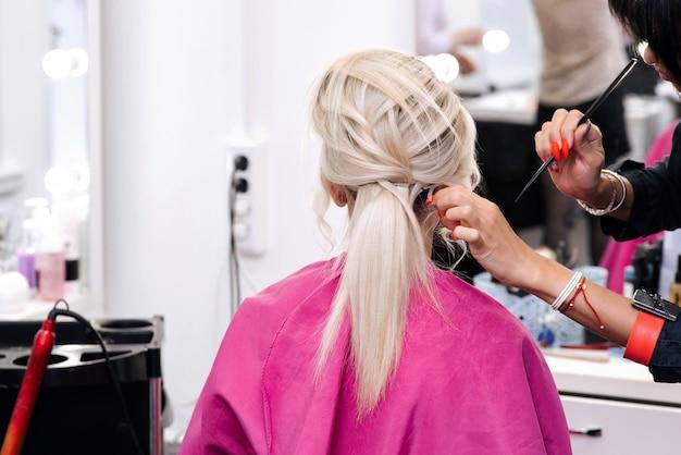 Kapsel in een schoonheidssalon voor een blonde vrouw