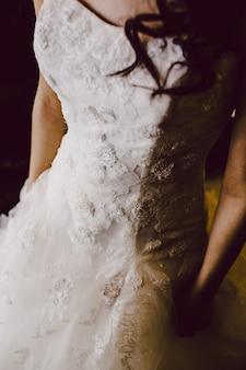 Kapsel van een vrouw op haar trouwdag, achterkant van een bruid.